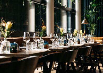 NOON Maastricht glaswerk en gedekte tafel